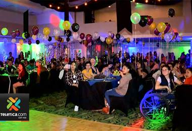 Proyecto Daniel llena de alegría a jóvenes con cáncer en convivio navideño