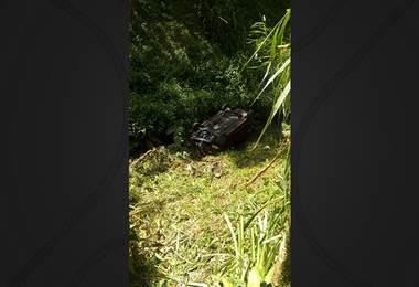 Vehículo con cinco ocupantes cayó a precipicio de cuatro metros en Goicoechea