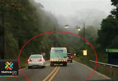 Video muestra como dos conductores realizaron maniobras temerarias en el Cerro de la Muerte