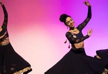 Payal tiene su propia compañia de bailes tradicionales de India