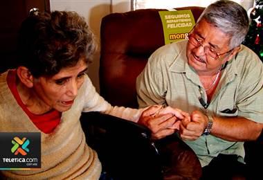Sueños de Navidad: Ella tiene alzheimer y su esposo la cuida, pero vivían en condiciones inadecuadas