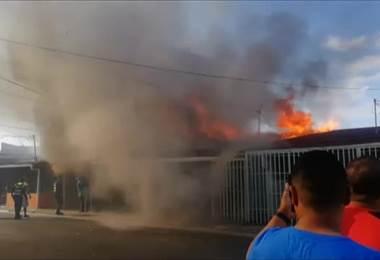 Bomberos combaten incendio de grandes proporciones que afecta cinco estructuras en Alajuelita