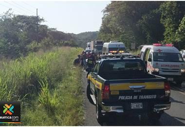 Dos hombres heridos luego de que un vehículo cayera a precipicio en Garabito
