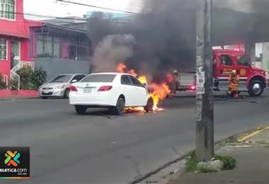 Vehículo se incendia frente a la estación de gasolina en La Uruca