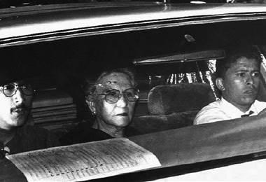 Madre de Pablo Escobar con su hijo en un ataúd