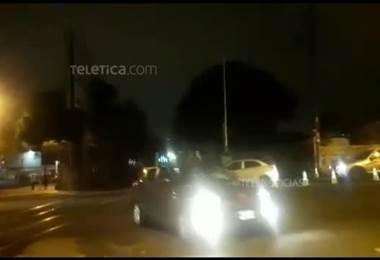 Video captó cuando conductor irrespeta aguja y por poco es impactado por el tren