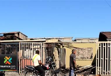 Familias afectadas por incendio este miércoles en Alajuelita buscan ayuda para recuperarse