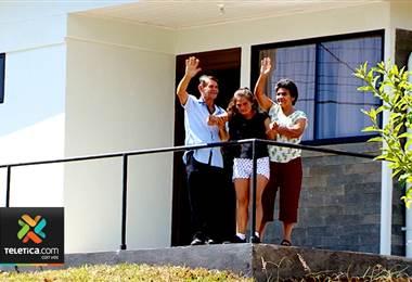 Sueño de Navidad: los padres y su hija quien tiene un retardo mental severo tienen casa nueva