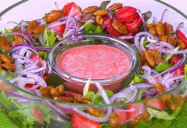 Receta: Ensalada navideña con aderezo de fresas