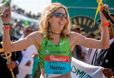 """Herron al ganar el ultramaratón """"Comrades"""" de 89km entre las ciudades de Durban y Pietermaritzburg, en Sudáfrica, en 2017."""