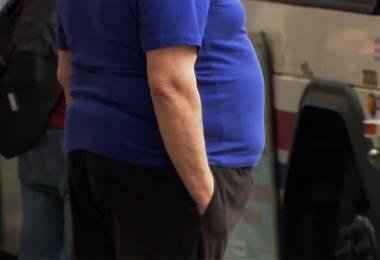 ¿Cómo se determina que una persona tiene obesidad?