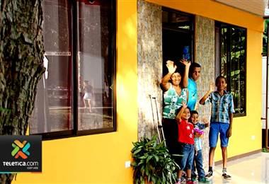 Sueños de Navidad: Jefa de hogar en Santa Cruz recibió regalo esperado por ella y sus cuatro hijos