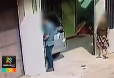 Video muestra el cruel momento en que un perro muere aparentemente envenenado en Cartago