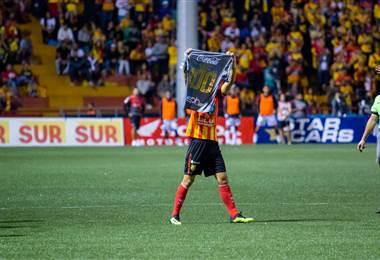 Yendrick Ruiz celebra su gol 100 en Primera División.|Prensa Herediano