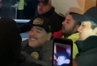 Maradona se golpea con hinchas.|Internet
