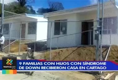 Nueve familias que tienen hijos con síndrome de Down recibieron una casa nueva