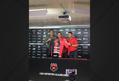 Esteban Alvarado es oficialmente jugador de la LDA. Con crédito a Fabián Borbón.