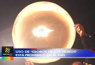 """Aunque están prohibidos, los """"globos de los deseos"""" son populares durante las fiestas de fin de año"""