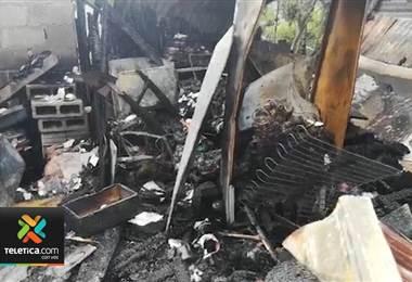 Incendio consumió por completo dos casas en Siquirres