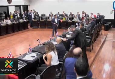 Diputados a favor celebran aprobación de plan fiscal