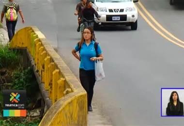 Puente en Desamparados no tiene pasos peatonales