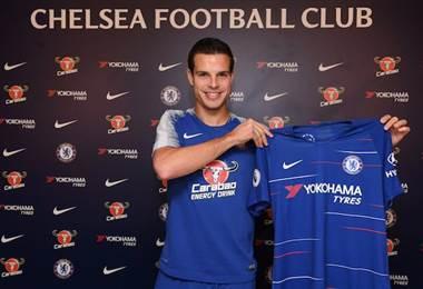 El lateral de 29 años, que llegó a los 'Blues' en 2012 procedente del Marsella, prolongó en cuatro años su contrato. AFP
