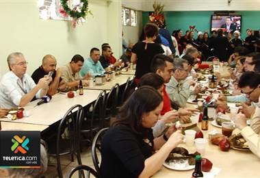 Colaboradores de Teletica participaron este martes en el tradicional día del tamal navideño