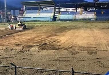 Colocación de la cancha sintética del estadio de Pérez Zeledón.|Municipal PZ