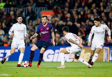 Ivan Rakitic elude la marca de jugadores del Cultural Leonesa. FC Barcelona