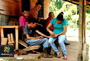 Adulto mayor vela por dos hijos y tres nietos, cuatro de ellos con retardo mental