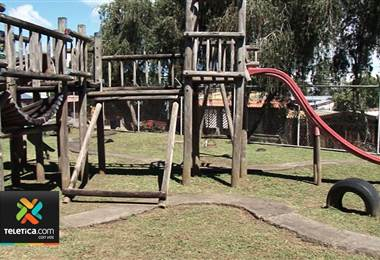 Vecinos de Aserrí denuncian mal estado de parque infantil en barrio Socorro