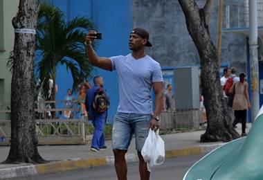 Cubanos ya pueden tener internet en su celular móvil  AFP.
