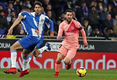 Messi elude la marca de Óscar Duarte (6) del Espanyol de Barcelona. AFP