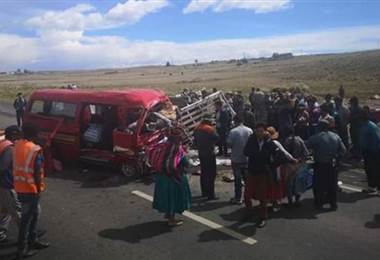 Choque de dos minibuses deja 17 muertos en Bolivia