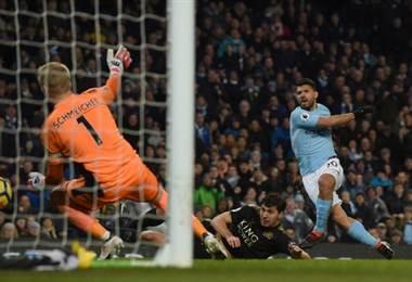 Con cuatro goles el Kun Agüero fue la gran figura del duelo entre el City y el Leicester. AFP