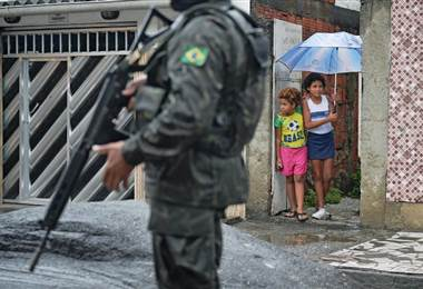 Militares patrullan una favela en Rio de Janeiro. AFP