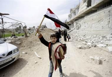 Un convoy de ayuda entra en Guta y miles de civiles huyen de este enclave sirio