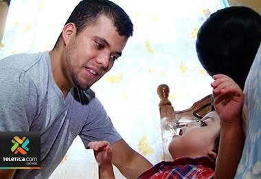 Ezequiel inició sesiones de terapia con especialistas que le enseñarán a tragar