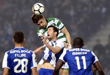 Byran Ruiz disputa un balón ante el Porto. AFP