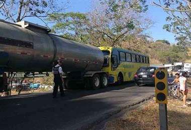 Accidente entre bus y cisterna dejó numerosas personas atendidas