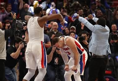 Reggie Jackson y Andre Drummond de los Pistons. AFP