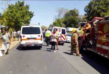 Microbús chocó contra camión en Guanacaste