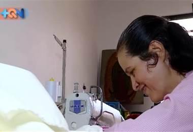 Se trata de las hermanas Jiménez, son vecinas de San Pedro de Barva de Heredia y hace 6 años son las encargadas de coser las vestimentas de los partícipes de la Semana Santa en la zona. Tienen un pequeño taller en la casa, donde pueden servir a la iglesia y a la vez cuidar de la madre.