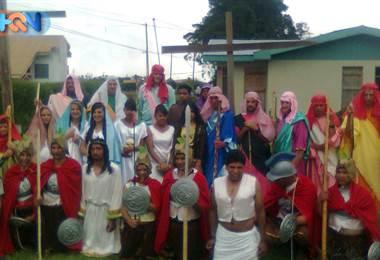 La Semana Santa es sinónimo de mucho trabajo para doña Flora. Esta vecina de Pueblo Nuevo en Palmira de Zarcero tiene 15 años realizando una labor muy importante: es la encargada de vestuario para las procesiones de su comunidad.