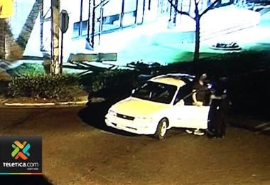 Policía de Escazú detuvo chofer que al parecer conducía tomado y se quedó dormido al volante
