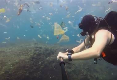 Un buceador filma un mar de basura en las aguas de Bali