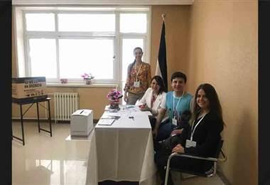 Ticos votan en los diferentes consultados en el extranjero