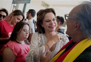Vicepresidenta Ana Helena Chacón emitió su voto en la escuela Pilar Jiménez en Guadalupe