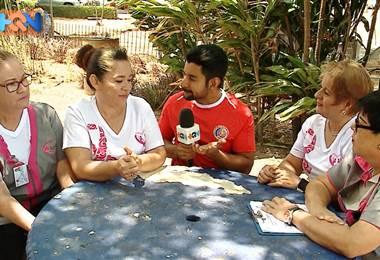 Dentro del Hospital San Vicente de Paul en Heredia existe un grupo de mujeres que salvan vidas. Se trata de la fundación Mujeres en Rosa, quienes son sobrevivientes de cáncer de mama. Hoy ellas ayudan a otras mujeres a pasar por este duro proceso.