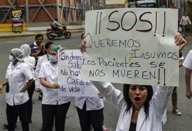 Cientos de médicos y pacientes desfilaron este martes frente a los hospitales estatales para exigir medicamentos y mejores salarios. AFP